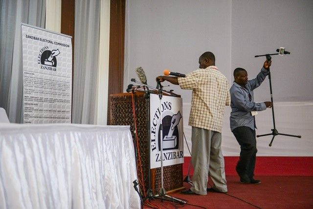 Cameramen prepare to leave the Media, Observer and Election Results Centre of Zanzibar Electoral Commission in Zanzibar, Tanzania, on Oct. 28, 2015. Tanzania's semi-autonomous archipelago Zanzibar on Wednesday has cancelled results of its just-held general elections, according to Zanzibar Electoral Commission. (Xinhua/Zhai Jianlan)