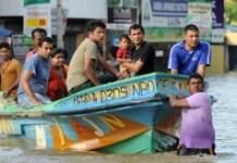 AFP / Lakrowan Wannisrachchi Sri Lankan volunteers evacuate residents by boat following flooding in the Colombo suburb of Kaduwela on May 20, 2016