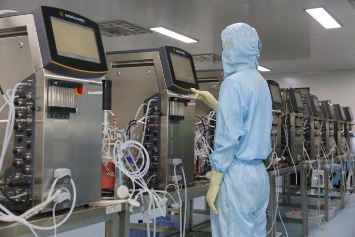 A researcher works on new medicine product at a bio-pharmaceutical enterprise based in Yantai, eastern China's Shandong province on Aug. 9, 2017. (Photo by CFP)