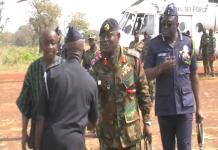Photo of Chief of Defence Staff shaking hands with the Regional Police Commander