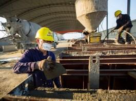 Constructors of China Railway 19th Bureau Group work at the site of the Xinmiaohu Extra Large Bridge in Duchang county, Jiujiang, east China's Jiangxi province, Feb. 23, 2020. Photo by Fu Jianbin, People's Daily Online