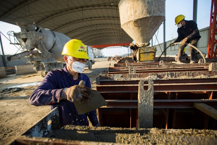 Constructors of China Railway 19th Bureau Group work at the site of the Xinmiaohu Extra Large Bridge in Duchang county, Jiujiang, east China's Jiangxi province, Feb. 23, 2020. Photo by Fu Jianbin, People's Daily Online