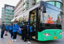 On April 8, 2020, the safety officer took the temperature of the students who took the bus line of No. 26 Middle School in Hohhot and registered the temperature. Ding Genhou / People's Daily Online