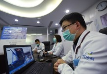 Chinese doctors offer overseas Chinese free online medical consultation services via a platform launched by WeDoctor based in Hangzhou, east China's Zhejiang province, on March 17. (Photo/Long Wei)