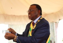 Namibian President Hage Geingob presents to the public the commemorative banknote issued by the Bank of Namibia in Windhoek, Namibia, March 21, 2020. Namibia on Saturday launched a commemorative thirty Namibian dollars note symbolizing the reigns of their three presidents to commemorate the country's 30 years of independence. (Xinhua/Jacobina Mouton)