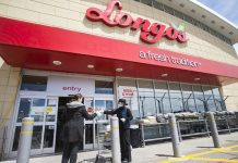 A staff member (R) hands a face mask to a customer at the entrance of a Longo's in Mississauga, Ontario, Canada, on May 4, 2020. Some provinces in Canada on Monday started easing some of their COVID-19 restrictions following a weekend over which thousands more cases were identified and hundreds more deaths reported. As of Monday afternoon, Canada recorded 60,650 COVID-19 cases, including 3,842 deaths, after the country had implemented lockdown measures against the COVID-19 pandemic for almost two months, according to a CTV News tally. Global COVID-19 deaths surpassed 250,000 on Monday afternoon, reaching 250,134 as of 4:40 p.m. (2040 GMT), according to the Center for Systems Science and Engineering at Johns Hopkins University. (Photo by Zou Zheng/Xinhua)