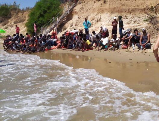 Pachino, 67 persone a bordo di un gommone sbarcano sotto gli occhi dei  bagnanti - VIDEO