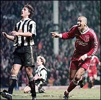 Collymore celebrando el 4-3 ante el Newcastle Utd.