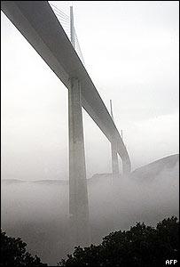//newsimg.bbc.co.uk/media/images/40625000/jpg/_40625309_bridge_afp300body.jpg' cannot be displayed]