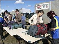 Revisando equipaje en Glastonbury 2004