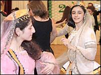 Девочки в азербайджанских национальных костюмах (фото с сайта федеральной национально-культурной автономии азербайджанцев в России)
