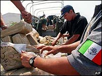 Funcionarios mexicanos confiscan un cargamento de droga. (foto archivo)