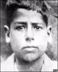 Analfabeto hasta los 10 años, pasó su infancia con su madre y su padrastro.