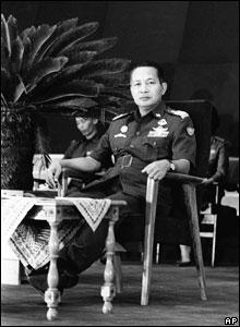 Suharto duduk di kursi pejabat