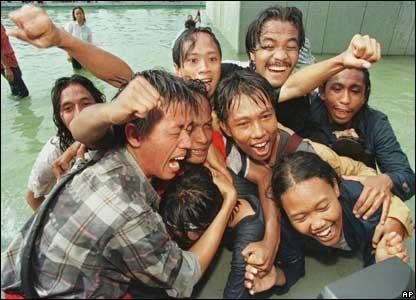 Mahasiswa Indonesia bersuka cita setelah Suharto menyatakan diri lengser dari kursi presiden