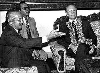 Presiden Suharto menemui pejabat negara sahabat dari blok Barat.