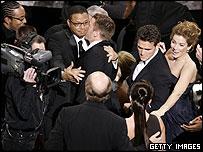 El elenco de Crash reacciona al triunfo del Oscar