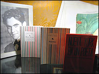 Foto de Federico Garcá Lorca junto a algunas de sus obras.
