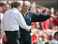Martin Jol remonstrates with Arsene Wenger