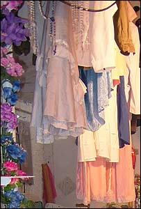 Los vestidos de novia se entregan en señal de agradecimiento a la santa popular del amor