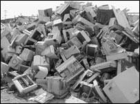 جبل من أجهزة الكمبيوتر الملقاة كقمامة