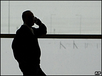 Hombre habla por teléfono celular.