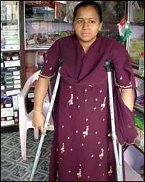 Shobha Raut, v�ctima del polio, administra su propia tienda.