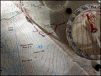 Un mapa y una brújula