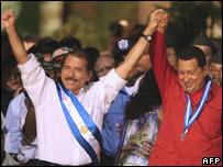 Nicaragua's President Daniel Ortega (l) and his Venezuelan counterpart Hugo Chavez