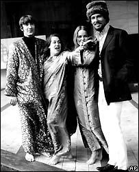 Denny Doherty (iz.) con sus colegas de The Mamas and the Papas