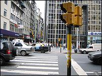 Medidas de control más estrictas en las calles generan escepticismo en Buenos Aires.