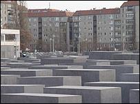 El Monumento al Holocausto recuerda, a metros del búnker, las atrocidades del nazismo.