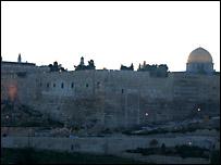 A los lejos se eleva el Qubbat al-Sakhra: la Mezquita de la Roca, también llamada Mezquita de Omar.