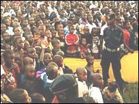 Pocos ruandeses tienen acceso al cine o a la televisión.
