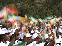 Los niños et�opes ondean banderas en Addis Ababa para celebrar el Milenio - 5/6/2007