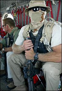 Un agente de una empresa privada de seguridad en Bagdad