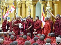 Buddhist monks address a crowd at the Shwedagon Pagoda (23 September 2007)