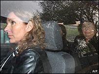 Jacqueline (izq.) y Luc�a Pinochet dentro de un carro policial el 4 de octubre