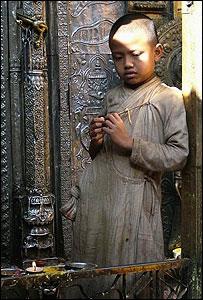 Niño budista en la contemplación, de Stuart Baker-Brown