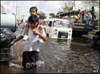 V�ctimas de las inundaciones siendo evacuadas en Tabasco, México, 1 de noviembre de 2007