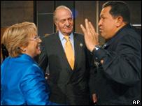 El rey Juan Carlos de España (centro), Michelle Bachelet (izq) y Hugo Chávez