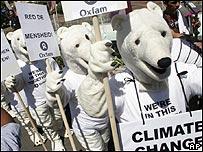 Manifestantes frente a centro de conferencia de cambio climático en Bali