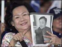 A PPP supporter hold a picture of Thaksin Shinawatra during a campaign rally (21/12/2007)