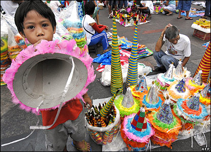 AFP - Many New Year's Eve revellers in the Philippines opted for paper horns instead of the more traditional firecrackers, because of safety fears.