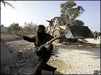 مقاتل من �ماس ي�رس جرافة في غزة