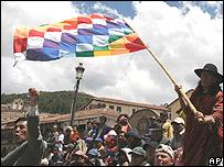 Los manifestantes enarbolaron la bandera que simboliza al imperio inca