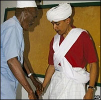 Barack Obama wearing Somali clothing in Kenya in 2006