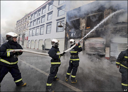 Firefighters hose down the flame in Lhasa, 14 March 2008.