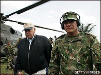 José Miguel Insulza junto al jefe del ejército de Colombia,  Freddy Padilla