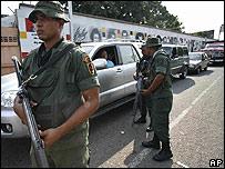 Militares venezolanos controlan el paso por el puente Simón Bol�var